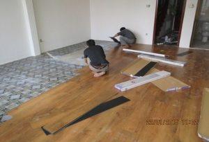 Nên sử dụng sàn nhựa hèm khóa hay sàn dán keo